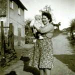 1958 Hiltrud und Achim Kaspar in der Mittelstrasse vor dem Haus der Familie Schuster ( Leitz )