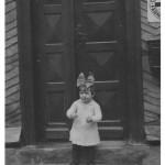 Marianne Gläßer geb. Kaspar ( Tochter von Eva und Bernhard Kaspar ) vor der alten Post von Anton Kaspar in der Obertalstrasse