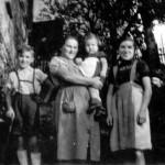 v.li. Engelbert Kaspar, Eva Kaspar auf dem Arm  Evi Berberich geb. Kaspar und Marianne Gläßer geb. Kaspar