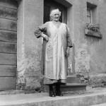 Katharina Specht geb. Vogt 1. Ehefrau von Heinrich Specht vor dem Haus  Mittelstrasse 21 ( Leitz )
