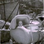 1961 Hiltrud Kaspar mit Sohn Andreas in der Mittelstrasse 21  ( Leitz )
