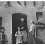 v.l. Toni Kaminski aus Bad Ems, Evi Kaspar mit Oma Katharina Specht geb. Vogt und Mutter von Toni Kaminski aus Bad Ems  Aufnahme entstand in der Mittelstrasse 21 ( Leitz )