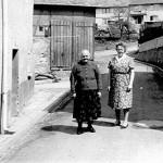 Luise Schuh mit ihrer Mutter in der Obertalstrasse