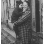 Evi Berberich geb. Kaspar mit ihrer Mutter Eva Kaspar geb. Specht vor der alten Post von Anton Kaspar in der Obertalstrasse