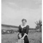 Marianne Gläßer geb. Kaspar mit ihrer kleinen Schwester Evi Berberich geb. Kaspar am Ortsausgang von Winden in Richtung Weinähr