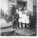 ca. 1945 v.l.n.r Franz Tiwi, Rosel Tiwi, Maria Tiwi und Alois Tiwi. Die beiden kleineren Mädchen im Vordergrund waren Flüchtlingsmädchen die Namen sind leider unbekannt.